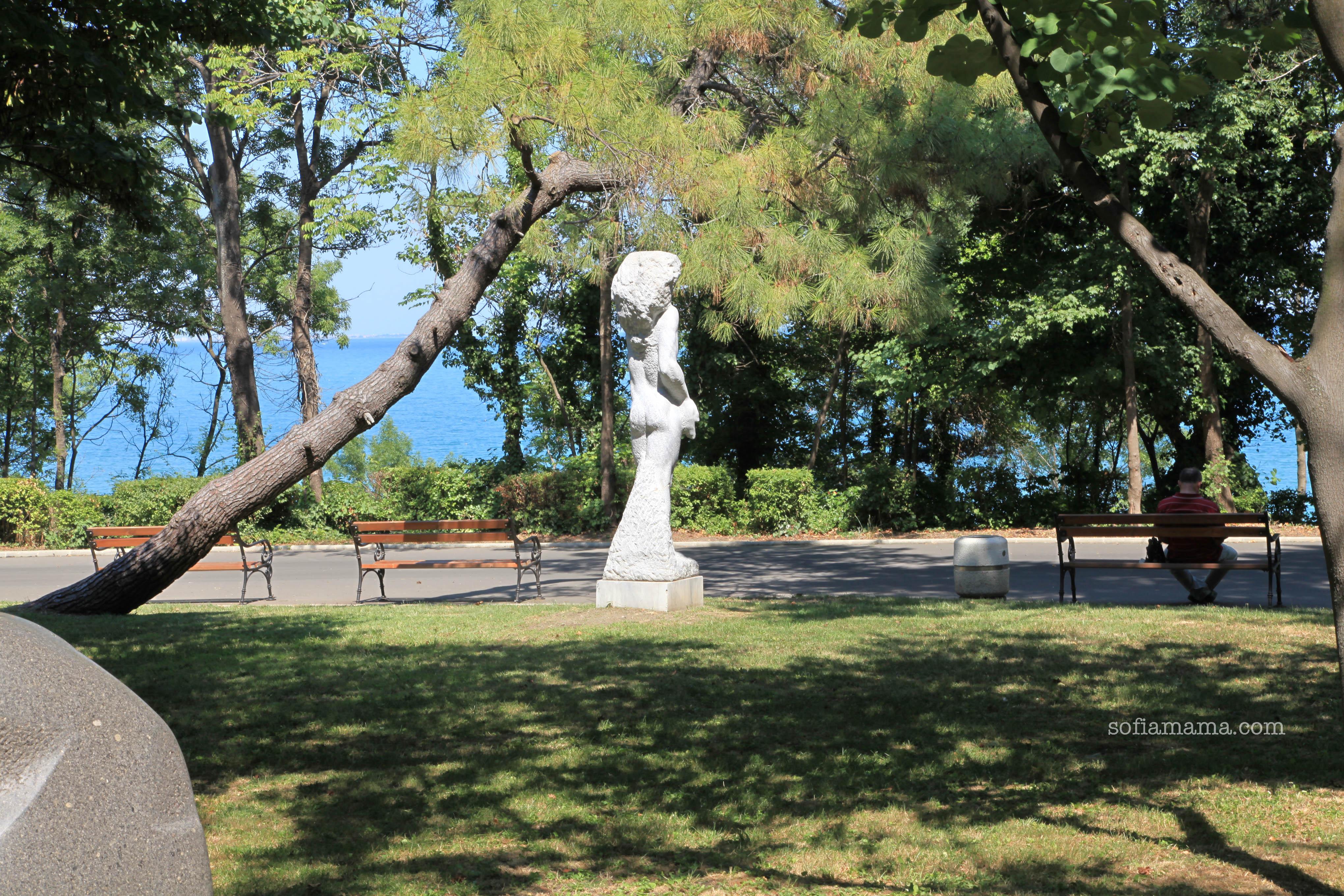 Статуя в парка