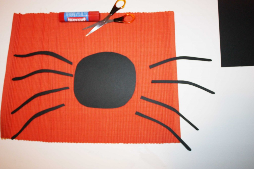 Изрязваме паяка от черната акварелна хартия