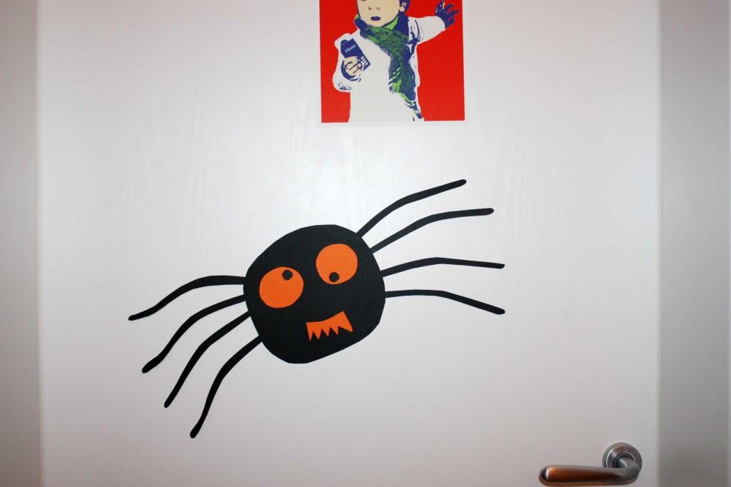 А ето го и паякът залепен на вратата