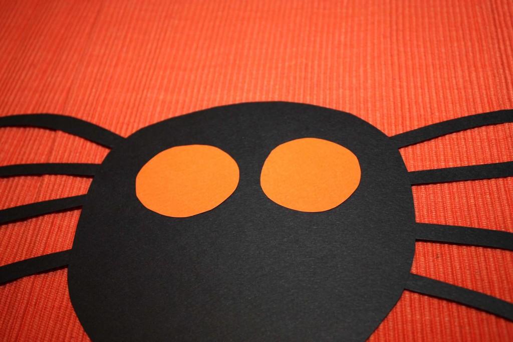 Слагаме и очите от оранжев картон