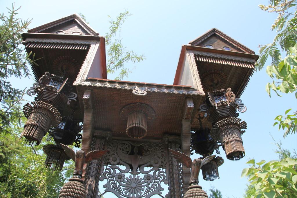 Някога сгушена в горската сянка, сега тази порта е на видно място и приема посетители, които вече може да минат през нея.