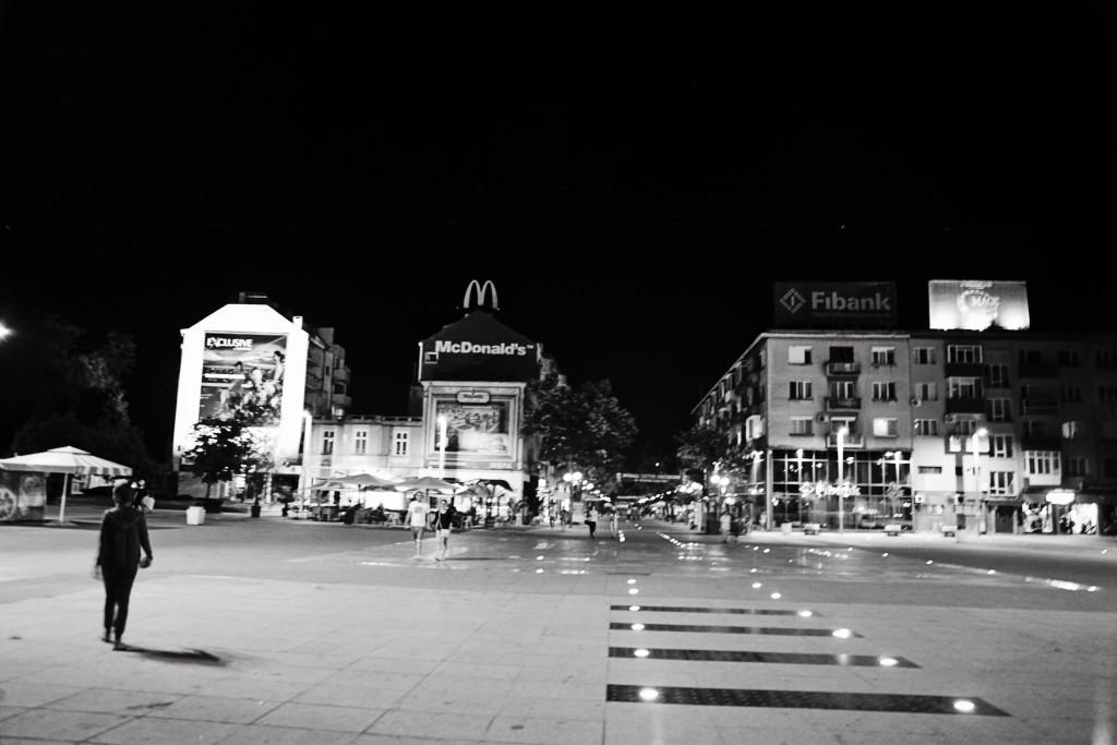 """Реиновираният площад в центъра на """"Тройката"""""""