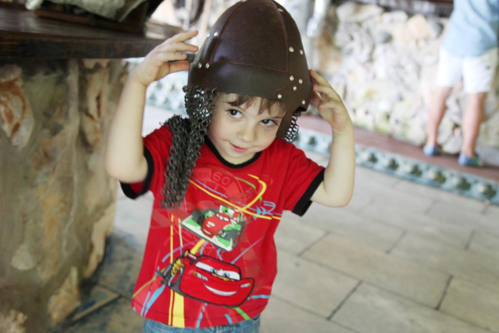 Белята се вживя в ролята на рицар
